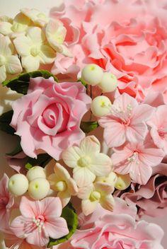 Bouquet de hortensias, petunias, rosas silvestres y peonía realizado en pasta de azúcar.