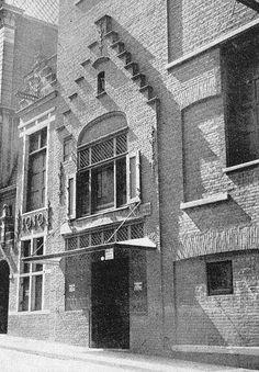 Dit is de voorgevel van het geboortehuis van Erasmus in de Wijde Kerksteeg. De gevel is later ingemetseld in een pand van Polak & zonen. (textielhandelaren) Omdat de straat bij de bouw van dit pand werd verbreed ging het daarna door het leven als de Wijde Kerkstraat. Dus is dit niet zijn geboortehuis. (de naam Wijde Kerksteeg c.q.straat is ontleend aan de Grote- of Laurenskerk)