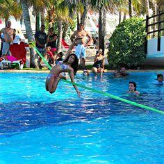 Parece só diversão né? Mas é um dos trabalhos da @baguibagui em um clube de Cancun. Campanha largue o escritório e VIVA! ✌ #slackclick #slackline #waterline #slackind #slackgirls #lovemyjob #slacklining #slacklife