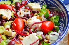 A saláta mindig remek választás, ha valami könnyűre és egészségesre vágyunk. Az egyik nagy kedvencem a színes babsaláta, aminek rengeteg változata létezik. Én imádom, ha a hozzávalók roppannak a számban, ezért is készítem rengeteg zöld salátalevéllel, koktélparadicsommal, na és persze fenyőmaggal. Hogy egy kis lágyságot vigyek a salátába, mozzarella sajtot tépkedek bele (vagy apró kockákra vágom, mikor milyenre van gusztusom), az újhagyma és póréhagyma pedig szerintem elengedhetetlen. A…