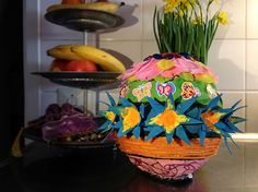 Colorfull easter egg out of a balloon, paper and lots and lots of fun. Kids craft DIY