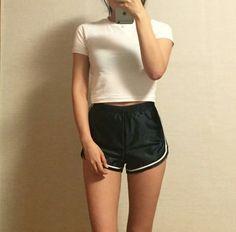 pinterest: ✧roseclairdelune✧ C'est la mode des teenagers en ce moment  Tiny shirts smart court  Je peux plus porter ça trop grosse plus fine balerine 😫😓😨😖😧🤕