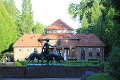 Vorne Statue Diana mit Hunden, hinten die Trinkhalle
