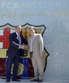 FC Barcelonas presidente Sandro Rosell, a la izquierda, y Gerardo Daniel Tata Martino, de Argentina, se dan la mano durante su presentación oficial como nuevo entrenador del FC Barcelona en el estadio Camp Nou de Barce