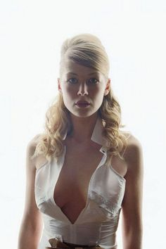 Rosamond Pike, Fall Family Pictures, Bond Girls, Actrices Hollywood, Celebs, Celebrities, Hollywood Actresses, Belle Photo, Beautiful Actresses