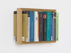 Floating books – that is what makes the shelf bso unique. It can be a hard cover, a paperback or even an art book – it seems that only the slender wooden frame