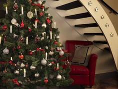 Klassisk og vakker juletrebelysning fra Konstsmide med delt ledning. Juletrebelysningen har 16 hvite stavlamper på grønn klype og kabel, og de varmhvite pærene på slyngen er utskiftbare. Christmas Tree Inspiration, Tree Lighting, White Lead, Indoor, Holiday Decor, Design, Home Decor, Products, Xmas Lights