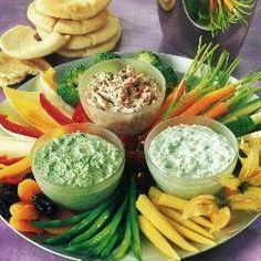 Rauwkost met drie dipsauzen @ allrecipes.nl Peterselie, komkommer, paprika, tomaat, courgette, wortel, maiskolfje