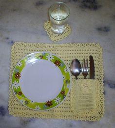 Jogo americano contendo: 4 porta copos e 4 porta pratos. De crochê, feito em linha.