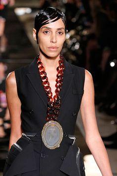 Não ficará pedra sobre pedra: a Givenchy segue com alguns códigos (como a própria Lea T desfilando) e reformula outros. E a coleção de primavera-verão 2017 vem com cristais pra falar de energia!