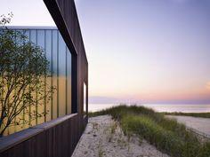 La « Courtyard House » est une maison familiale construite dans le sable, au bord du lac Michigan, dans la ville de Saint Joseph. Elle a été imaginée par l'agence John Ronan Architects, basée à Chicago.  Cette construction minimaliste, s'articule autour de quatre patios qui servent de transitions entre l'intérieur et l'extérieur.  « Ce projet explore la complexité spatiale à travers l'agencement des pièces intérieures et extérieures et leur relation avec le paysage. Les quatre cours créent… Channel Glass, Charred Wood, Courtyard House, Wood Siding, Waterfront Homes, St Joseph, Lake Michigan, Outdoor Spaces, Building A House