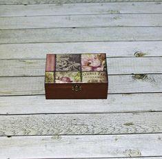 Romantická+v+hnědé+Dřevěná+krabička+o+rozměrech+cca+12,7x8,7+cm+a+výšce+5,1+cm.+Krabička+je+natřena+akrylovými+barvami,+ozdobená+technikou+decoupagea+zapínáním.+Následně+přetřena+lakem+s+atestem+na+hračky,+uvnitř+nechána+přírodní. Decoupage, Caramel, Decorative Boxes, Handmade, Home Decor, Sticky Toffee, Candy, Hand Made, Decoration Home