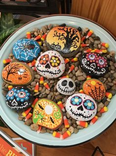 Yeah, mega cool idea for Halloween Paint stones with creepy motifs H . - Modern - Yeah mega cool idea for Halloween Paint stones with creepy motifs H - Theme Halloween, Halloween Rocks, Halloween Tags, Diy Halloween Decorations, Fall Halloween, Halloween Crafts, Scary Halloween, Halloween Painting, Holiday Crafts