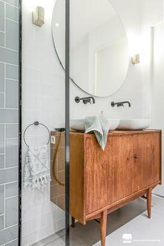 Vintage bathroom wallpaper ideas for 2020 Zen Bathroom, Bathroom Wallpaper, Master Bathroom, Small Bathroom, Bad Inspiration, Bathroom Inspiration, Bathroom Furniture, Bathroom Interior, Antique Furniture