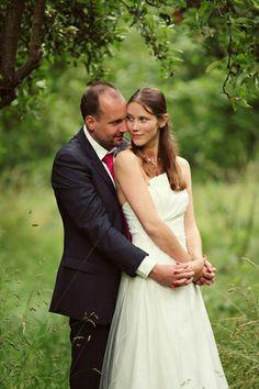 bruid leunt tegen bruidegom