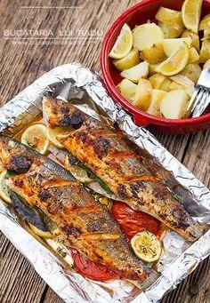 Biban de mare la grill. My Recipes, Favorite Recipes, Jacque Pepin, Good Food, Yummy Food, Romanian Food, Sea Bass, Mediterranean Style, Fish And Seafood