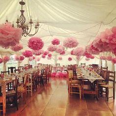 Caroline Rowland verschönerte Ihr Hochzeitszelt mit günstigen, wundervollen Pompoms. (© Hannah Bishop)