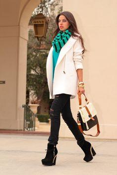 С напечатанным шарфом, белым пальто, проблемными брюками и кожаной сумкой