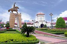 Chợ Bến Thành là một trong những địa điểm tiêu biểu của Thành phố Hồ Chí Minh. Có bốn cửa ra quảng trường Quách Thị Trang và các con đường: Phan Bội Châu, Phan Chu Trinh và Lê Thánh Tôn thuộc quận 1, thành phố Hồ Chí Minh.