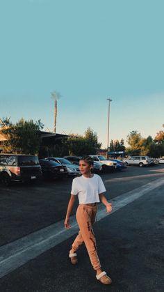 Zendaya Is Bringing Back Ugg Slippers, and We Don't Mind One Bit Moda Zendaya, Zendaya Mode, Zendaya Street Style, Zendaya Outfits, Zendaya Coleman, 2000s Fashion Trends, Fashion Tips, Dope Fashion, Fashion Weeks