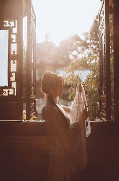 Giữa trập trùng đồi núi, hoang vắng cô liêu đến lạnh lòng. Kẻ đợi chờ vẫn lặng lẽ đếm thời gian trôi qua, phai tàn thanh xuân, nhạt nhoà dung mạo. Khi lá xanh hoá vàng thì kẻ chinh nhân mới chịu quay gót hồi hương. Là thời gian nghiệt ngã cướp mất xuân xanh hay người thương vô tình bỏ quên khuê nữ? #Thanhthanh Chinese Traditional Costume, Traditional Outfits, Chinese Makeup, Geisha Art, Water Nymphs, Ancient Beauty, Beautiful Anime Girl, Chinese Culture, Photo Reference