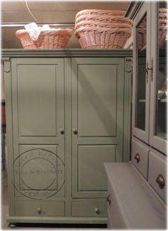 Olijf groen broodkast servies/linnen kast Bric en Brocante