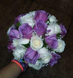 Ramo de novia compuesto por rosas champán y rosas moradas con camelia, acompañadas de paniculata con un remate de rafia natural y atado con un lazo de raso malva en armonía con las flores - bridal bouquet - wedding