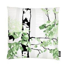 <p>Luontopolku-tyynynpäällisen kuosi on Riina Kuikan suunnittelema. Lähempää ja kauempaa kuvatut koivun rungot muodostavat kuosiin syvyyttä kantaen syvyysvaikutelman mukanaan tilaankin. Raikas ja rauhallinen Luontopolku-koris