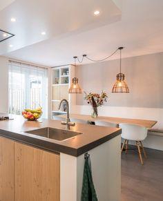 Witte kuipstoeltjes, moderne lampen, een keukenbank en een houten eettafel. De eethoek aan dit hedendaagse kookeiland in moderne stijl zorgt voor ontzettend veel sfeer in deze leefkeuken!  #lichtekeuken #kookeiland #keukeneiland #koken #keuken #keukens #keukenstijl #keukenontwerp #keukendesign #woonkeuken #leefkeuken #kuipstoeltjes Kitchen Interior, Kitchen Design, Kitchen Decor, Kitchen Island, New Homes, Home And Garden, Table, House, Furniture