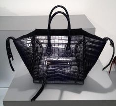 Updated as of June 2016 Introducing the guide to the Celine Phantom bag. This is the larger and wider wingspan version of the popular Celine Mini Luggage. Celine Handbags, Best Handbags, Handbags Online, Handbags On Sale, Wholesale Designer Handbags, Cheap Designer Handbags, Designer Bags, Celine Mini Luggage, Celine Tote