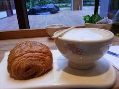 Chocolate quente com croissant de chocolate #coffe #hobbies #gourmet