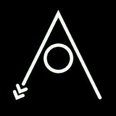 """""""Alibi di Ferro"""" Le mani di un operaio hanno incontrato il profilo irregolare della pietra e la malleabilità del ferro rovente  #madeinitaly #artigianato #artisan"""