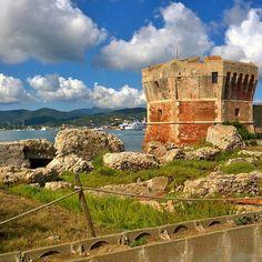 L'#isoladelba non è solo mare come ci mostra @ferrazzilara con questo splendido scatto della Torre della Linguella a #portoferraio #isoladelbaapp