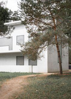 Meisterhäuser in Dessau by Walter Gropius and the modern interpreted New Masters' Houses by Bruno Fioretti Marquez. Walter Gropius, Bauhaus, Explore, Architecture, Outdoor Decor, Modern, House, Weimar, Arquitetura