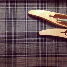 Färgeffekt🙌 #silk #logwood #weaving #vävning #手織り  間違いに気づいて戻ったりすすんだり…  なかなか渋くなったなぁ。