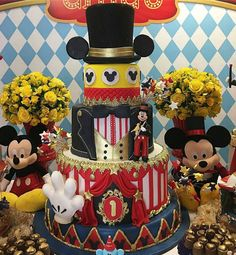 Créditos: @ritalandeirocake Festa Mickey Mouse Circus Theme Party, Carnival Birthday, Party Themes, Mickey 1st Birthdays, Mickey Mouse Birthday Cake, Circo Do Mickey, Baby Mickey, Boys First Birthday Party Ideas, Baby Boy First Birthday