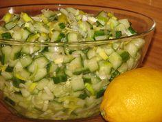 Ta zielona, zdrowa, a do tego pyszna surówka jarzynowa przygotowana z zielonych ogórków i pora powinna być częstym gościem na naszych stołach. Przepis na ogórkowa surówka z porem.