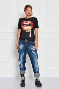 Tričko s krátkym rukávom, s potlačou v prednej časti - pery so zlatým odleskom. Ľahko kominovateľný kúsok k džínam, legínam, šortkám.