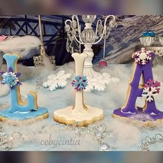 #ccbycintia #creativecreations #celebration #birthday #frozen #candy #candytable #sweets #sweettable #pastries #cupcakes #cakepops #mashmellow #oreos #3lechesshot #cookies #personalized #cookies #cake #frame #snow #lights #3Dcookies #goodybag #events #evento #eventplanner #nycevents #lovemyjob @ccbycintia  Thank you @honey_bs_blissful_delights for my stunning 3D cookies! ✨ evento #frame #lights #pastries #candytable #sweets #cakepops #eventplanner #cake #creativecreations #celebration…
