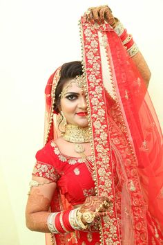 Indian Bride Photography Poses, Indian Bride Poses, Indian Wedding Poses, Indian Wedding Couple Photography, Indian Bridal Photos, Bridal Photography, Bridal Photoshoot, Wedding Images, Studio