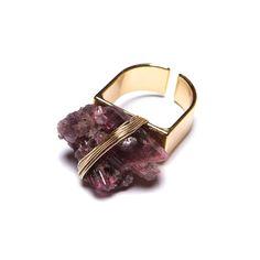 Anel com base de metal dourado, fio cabelo de anjo e pedra turmalina rosa