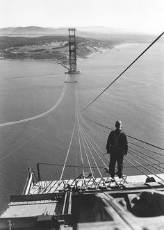 A man standing on the first cables during the construction of the Golden Gate Bridge with the Presidio and San Francisco in the background, San Francisco, California, (Photo by Underwood Archives/Getty Images) Old Photos, Vintage Photos, Unique Vintage, Famous Photos, Puente Golden Gate, Bridge Builder, Bridge Construction, Construction Worker, San Francisco