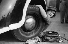 Female mechanic gets to work to aid the war effort