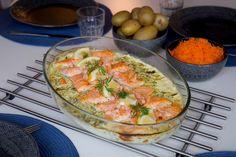 Baked salmon in creamy sauce Fish Recipes, Seafood Recipes, Beef Recipes, Cooking Recipes, Salmon Recipes, Sauce For Salmon, Zeina, Scandinavian Food, Swedish Recipes