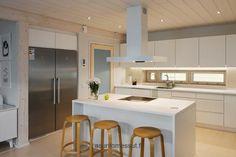 Katossa on kohdevaloja, jotka antavat valoa myös kaappien sisälle. Cozy Kitchen, Interior Inspiration, Ikea, Table, Furniture, Home Decor, Kitchens, Interiors, Google Search