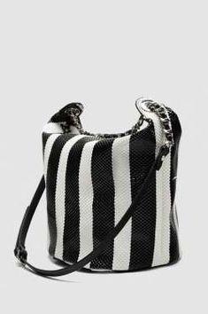 Bolso tipo saca con cadena, de Zara