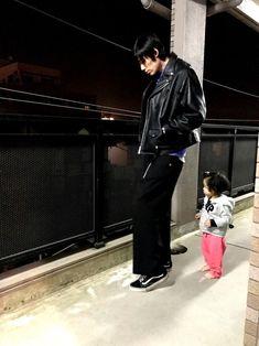 自宅前。 ライダースの黒と弊息子のピンクとのコントラストが良い感じです。