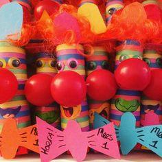 Traktatie Mees 1! Serpentine clowns met clownsneus en rozijntjes erin. Tja je bent jarig met carnaval of je bent het niet ;) #trakteren #traktatie #carnaval #rozijntjes #gezond #gezondtrakteren #gezondetraktatie #clown #clownsneus #serpentines