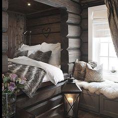 Slik skal soverommet i hytten være! Cabin Homes, Log Homes, Home Bedroom, Bedroom Decor, Woodsy Bedroom, Bedrooms, Estilo Country, Home And Deco, Cozy House