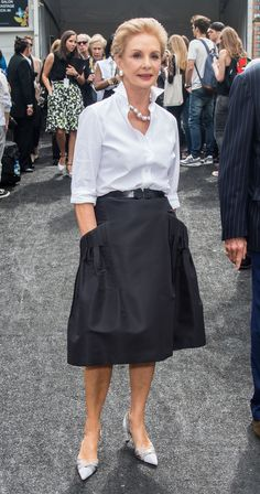 Fashion designer Carolina Herrera in her effortlessly chic trademark 'uniform': white shirt, dark skirt. Mature Fashion, Fashion Over 50, Look Fashion, Womens Fashion, Fashion Trends, Fashion Details, Luxury Fashion, Fashion Today, Fashion Weeks